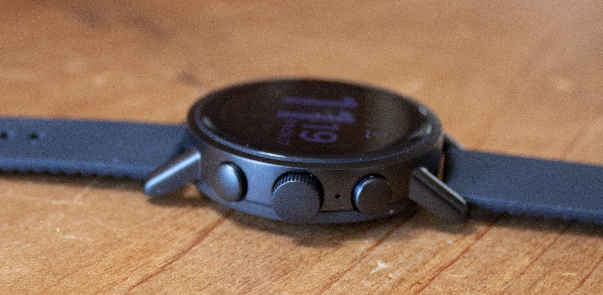 Misfit-Vapor-X-Smartwatch-Three-buttons-on-side-including-rotating-crown